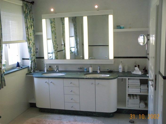 Badschrank mit mattem Naturstein