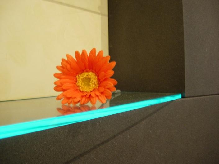 Cafeteria Detail beleuchtete Glaskante und Strukturlack matt