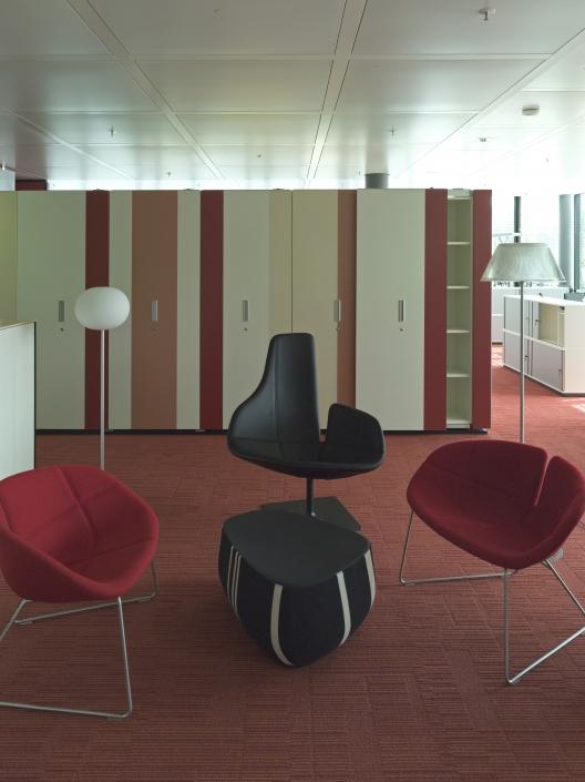 Archivbox mit flächenbündigen Schiebetüren und HPL Streifenfront